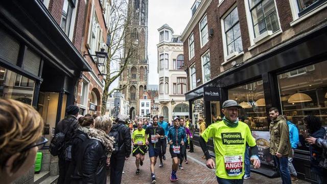 In Beeld: Duizenden deelnemers lopen Utrecht Marathon