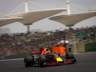 Hamilton op pole position, Verstappen vanaf negentiende startpositie