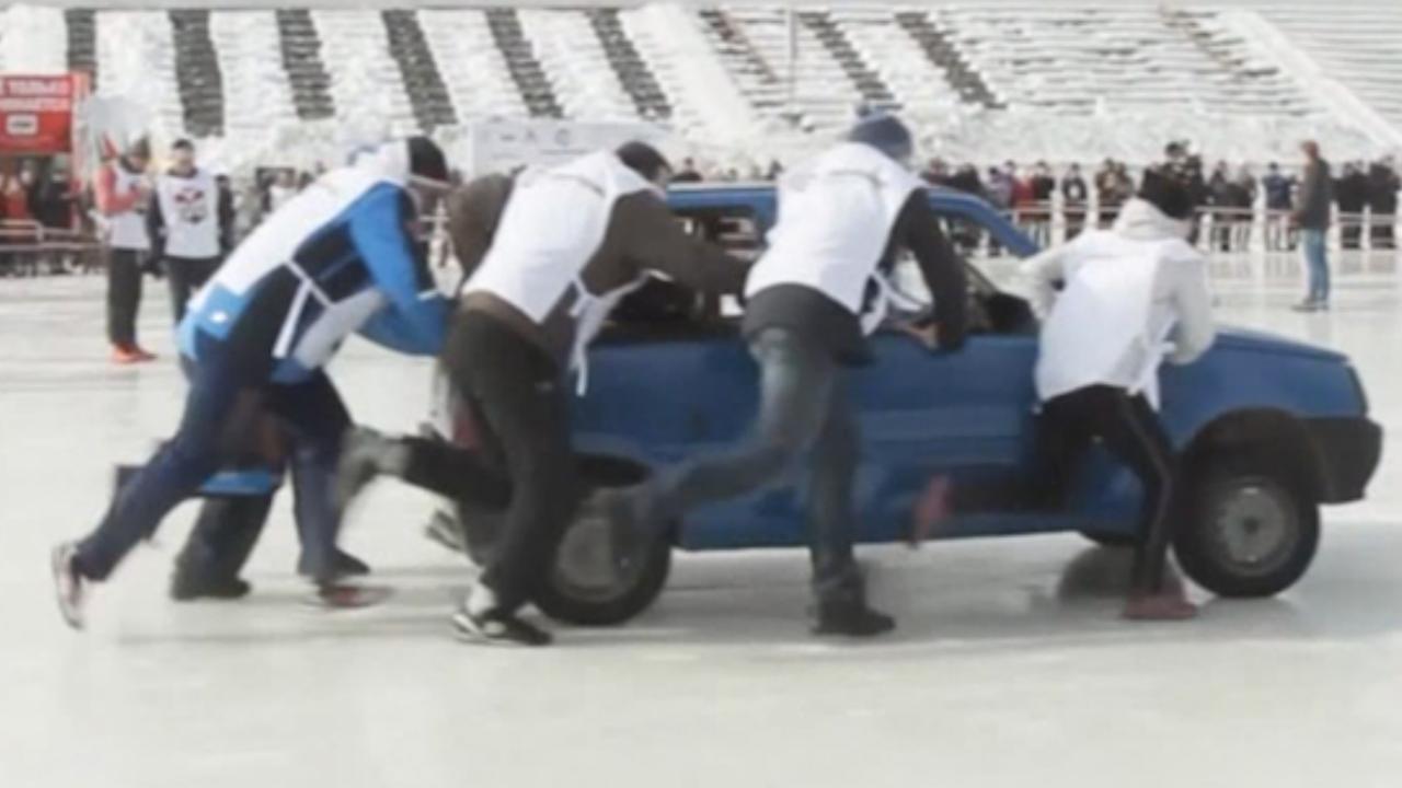 Russen houden curlingtoernooi met auto's