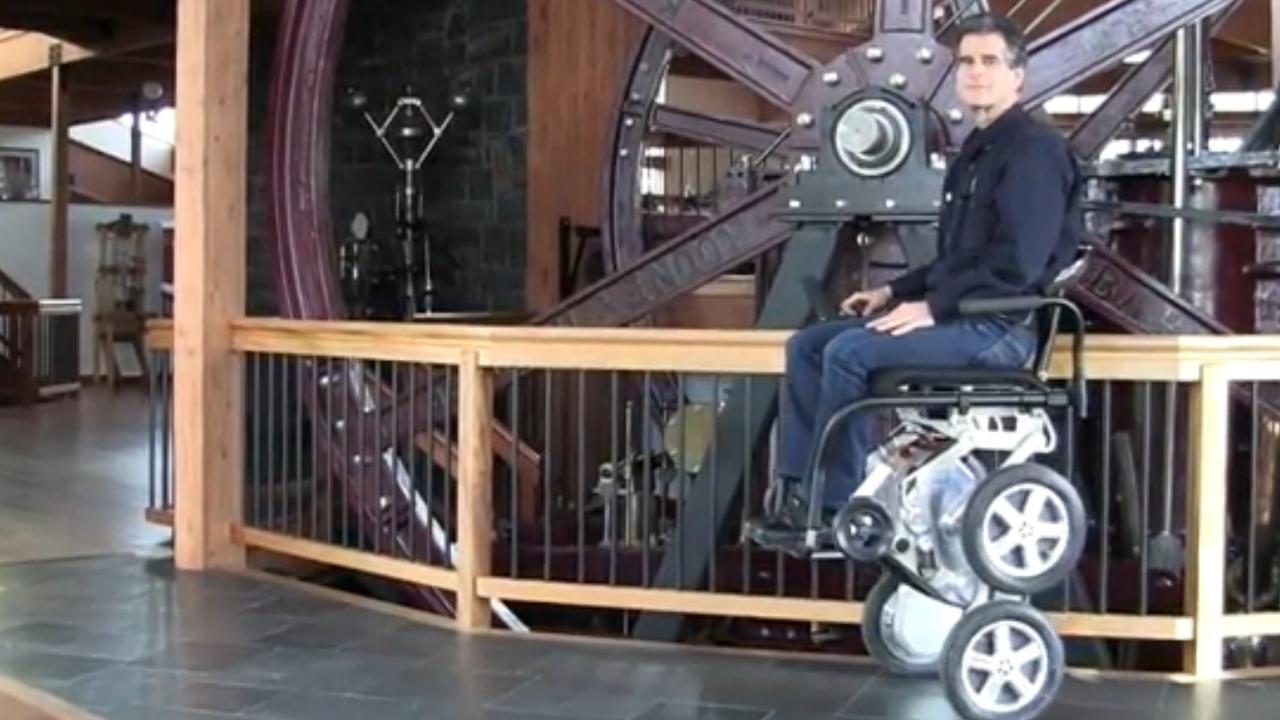 Slimme rolstoel met vier wielen nieuw leven in geblazen