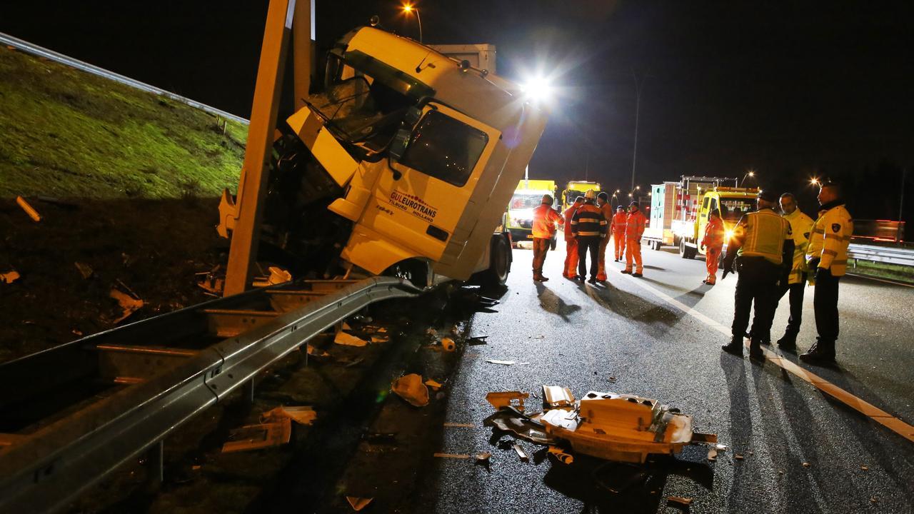 Container schuift van vrachtwagen op A15