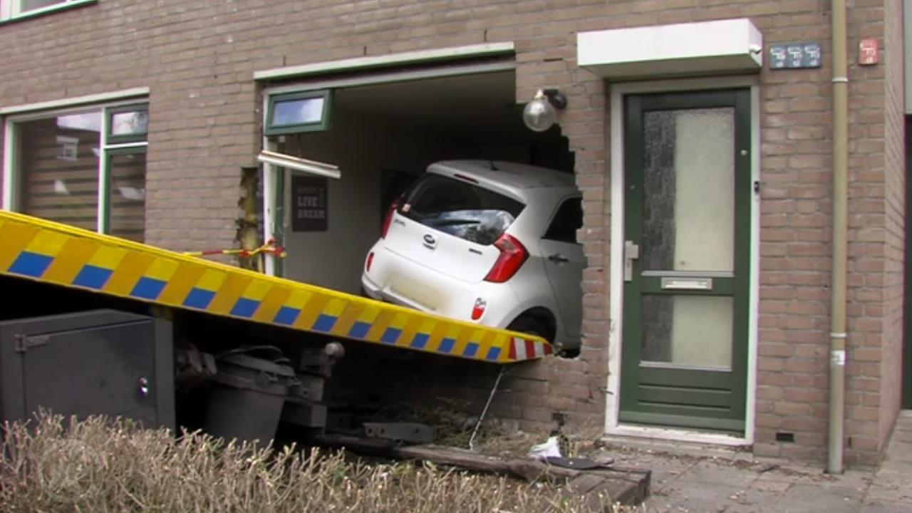 Automobiliste rijdt woonkamer Helmond binnen