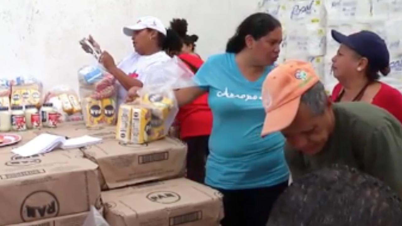 Venezolaanse regering deelt voedselpakketten uit