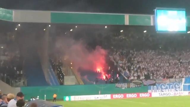 Fans Hansa Rostock en Hertha Berlin bestoken elkaar met vuurwerk