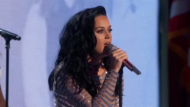 Chloe Grace Moretz en Katy Perry op podium Democratische conventie