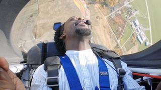 Akwasi in een stuntvliegtuig: 'We hebben stalen ballen'