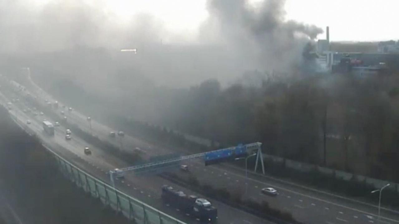 Rook hangt boven A13 door brand in Delft
