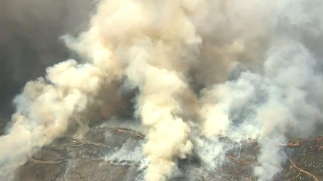 Grote bosbrand zorgt voor enorme rookwolken boven Californië
