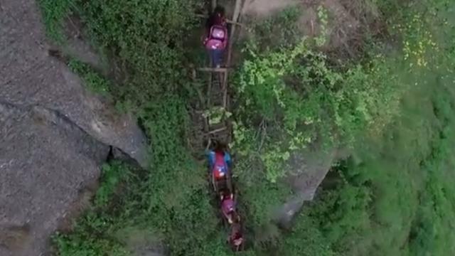 Chinese kinderen moeten bergbeklimmen om school te bereiken
