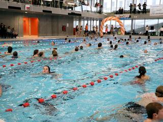 Er wordt een parcours gezwommen in het wedstrijdbad van AquaRijn
