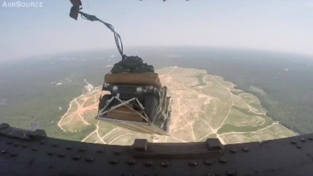 Luchtmacht Amerika dropt legervoertuigen met parachute