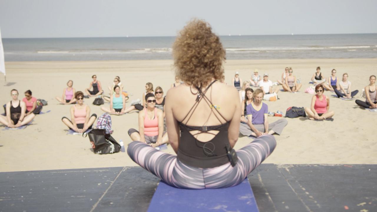 Yogaliefhebbers komen bijeen in Noordwijk voor Wereld Yoga Dag