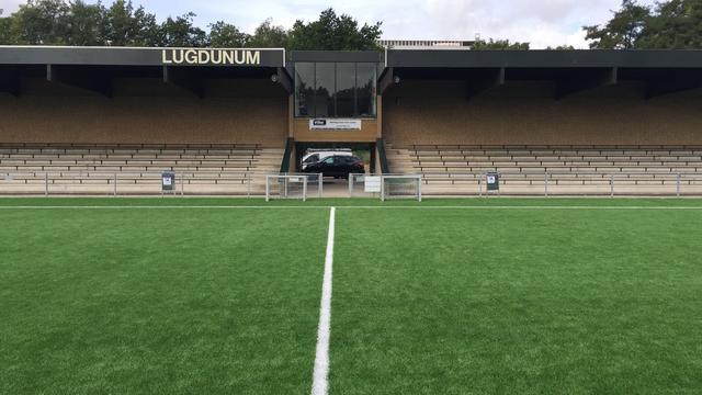 Oud-profvoetballers wijden kunstgras Lugdunum in