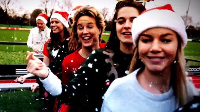 Speelsters Ajax nemen kerstvideoclip op