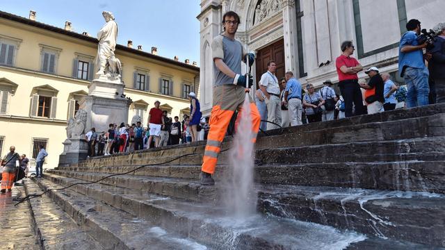 Florence gebruikt water om etende toeristen te weren