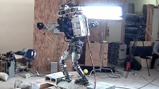 Atlas-robot kan over ruw terrein lopen