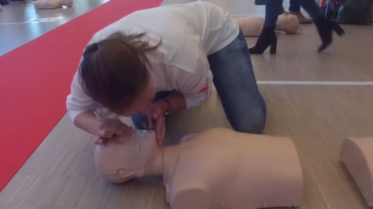 Vijf stappen om iemand met een hartaanval te reanimeren