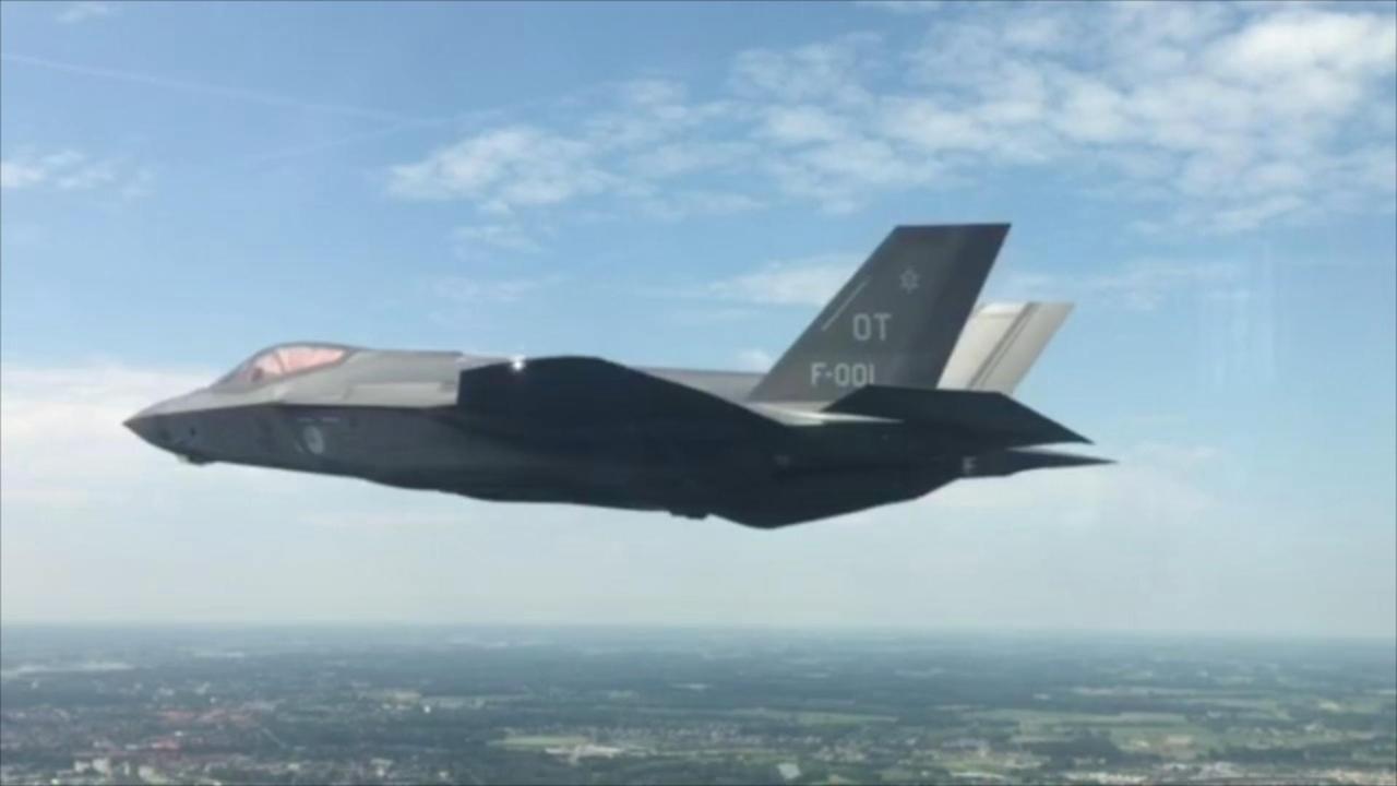 Vlucht JSF boven Nederland vanuit F16 gefilmd