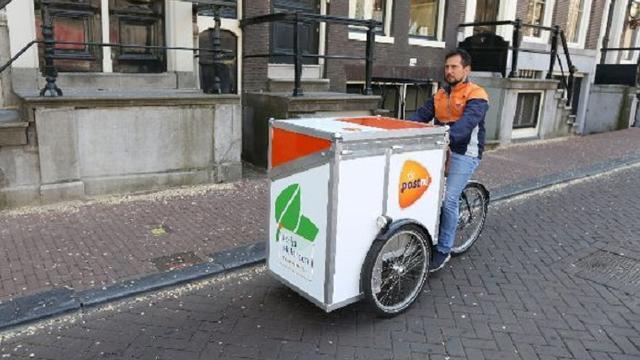 PostNL vervangt bezorgwagen door e-bakfiets in Amsterdam