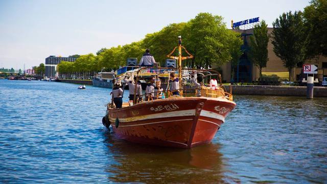 Rondvaart per vluchtelingenboot door Amsterdamse grachten