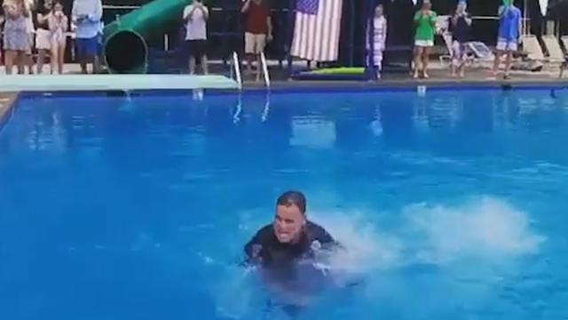 Politieagent maakt perfecte duik op feestje in Amerika