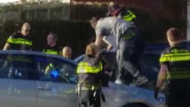 Politie houdt zeer hardhandig verdachte in Arnhem aan