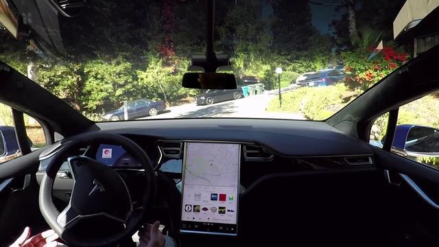 Zelfrijdende Tesla in actie