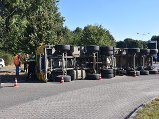Automobilisten worden om de gekantelde vrachtwagen heen geleid