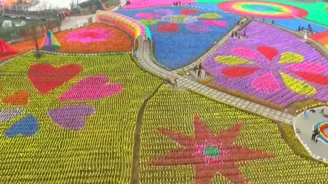 China legt park aan met 400.000 gekleurde windmolentjes