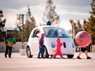 Fabrikant gaat mogelijk auto's maken voor zelfrijdende techniek van Alphabet