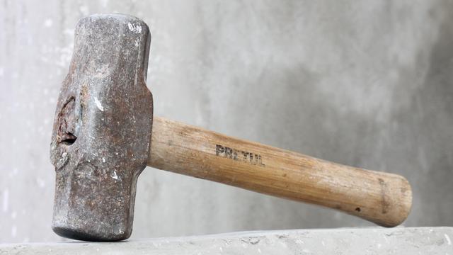 Vlissinger slaat plaatsgenoot met hamer op hoofd