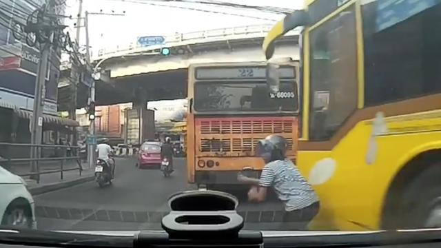 Motorrijders bijna overreden door bus in Bangkok