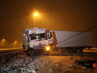 Meerdere vrachtwagens geschaard door gladheid, Rijkswaterstaat strooit zout