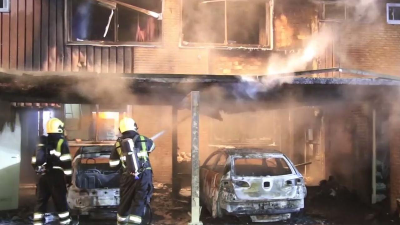 Autobrand slaat over op huizen Geldrop