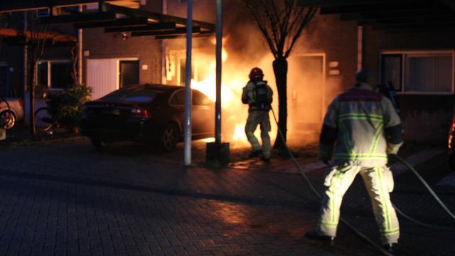 Auto vliegt in brand op oprit huis Knokkestraat