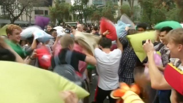 'Honderd mensen doen mee aan kussengevecht op de Dam'