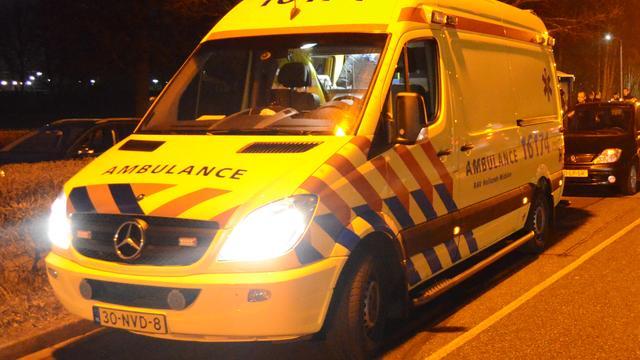 'Automobilist zwaargewond na aanrijding tegen boom in Deventer'