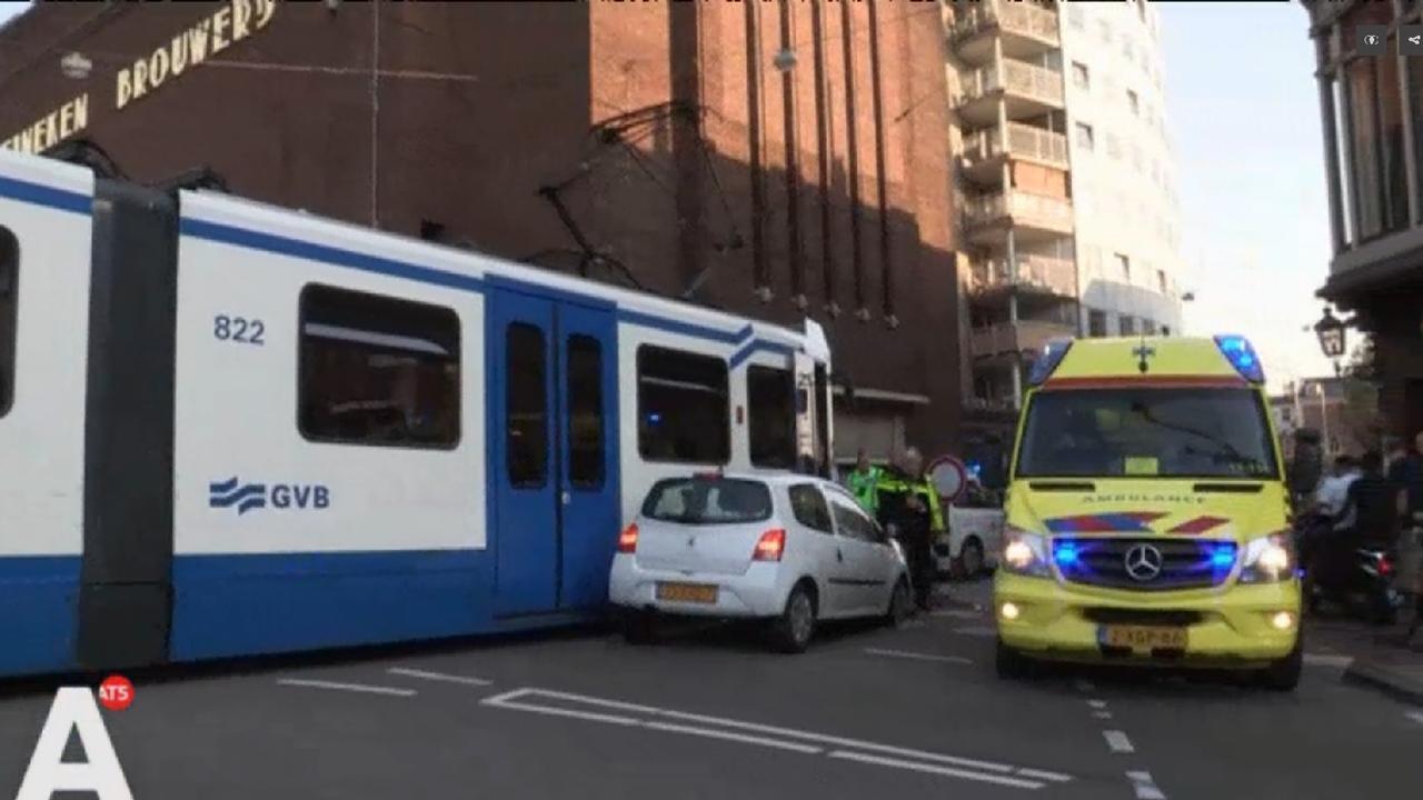 Gewonde bij aanrijding tussen auto en tram op Stadhouderskade