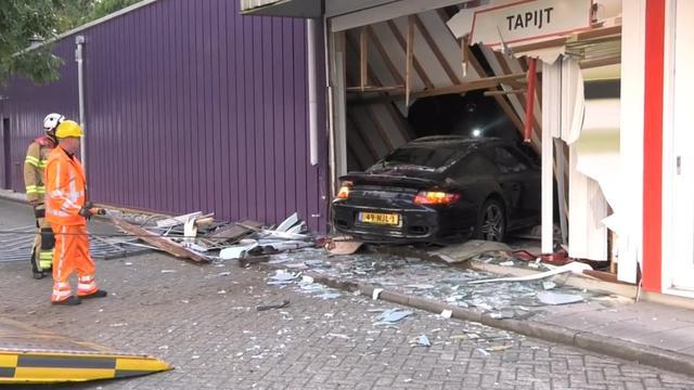 Porsche rijdt tapijtwinkel binnen in Arnhem