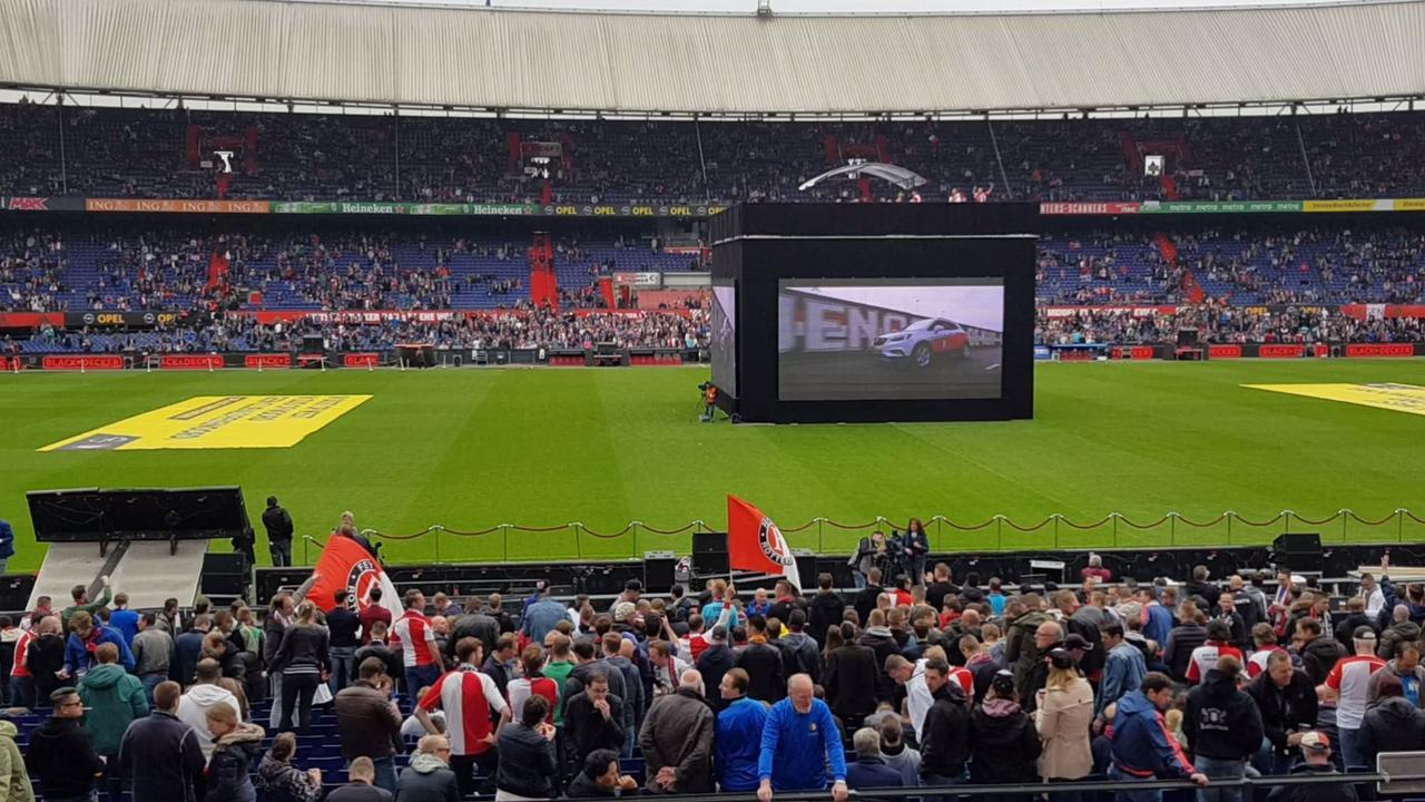 Kuip loopt vol met Feyenoord-fans voor wedstrijd op groot scherm
