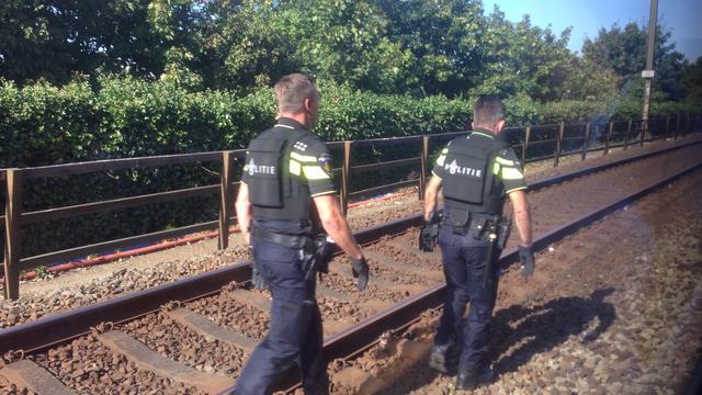 Politie Maassluis onderzoekt dood jongen langs spoor