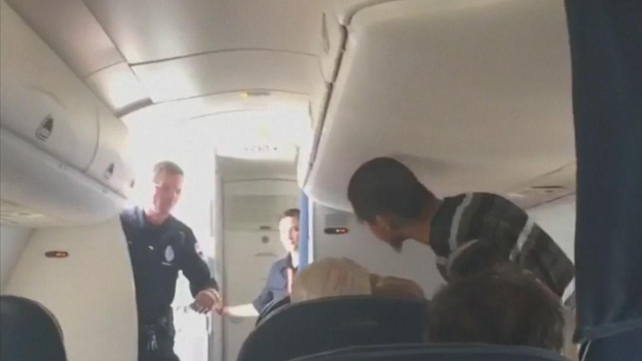 Amerikaanse luchtmacht haalt passagier uit vliegtuig