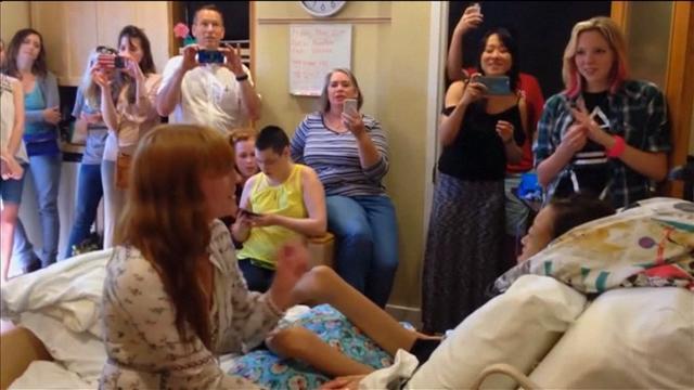 Florence and the Machine-zangeres zingt patiënt toe