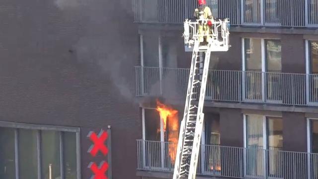 Uitslaande brand in woning aan Bos en Lommerplein