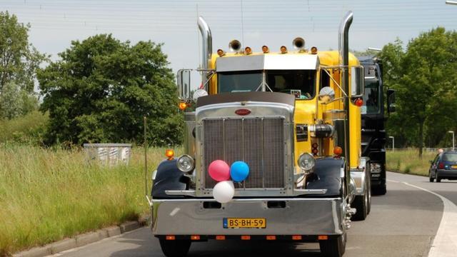 Mensen met beperking rijden toeterend door Leiden