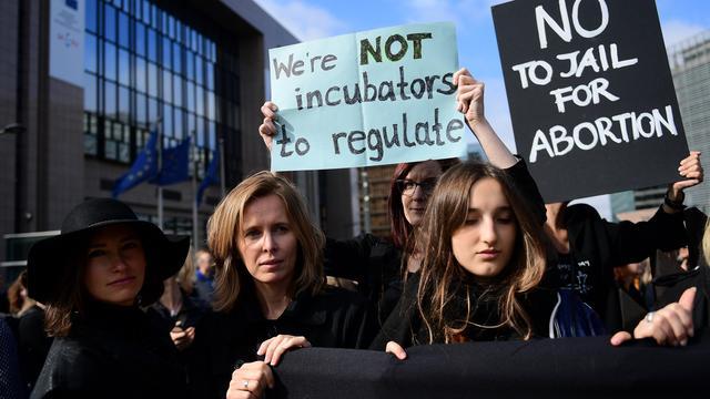 Regering Polen twijfelt over verbod abortus na grootse protesten