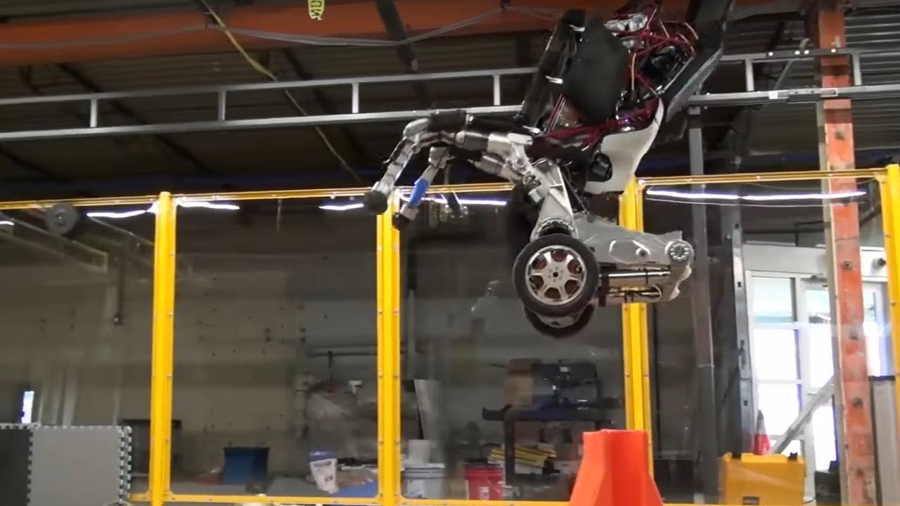Nieuwe beelden stuntende segwayrobot op wielen die kan springen
