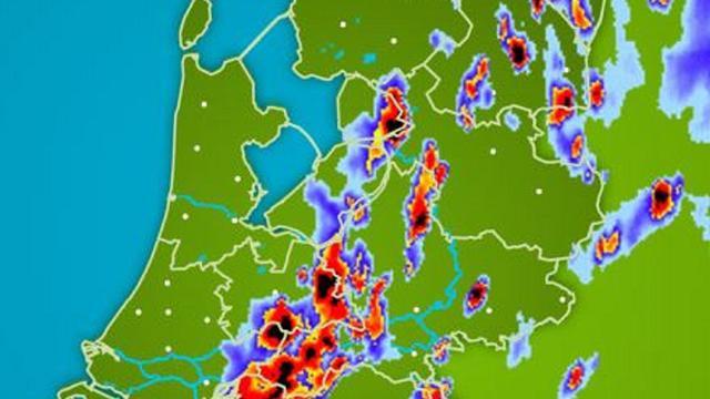 Regenradar: Zware onweersbuien trekken vanuit oosten over Nederland