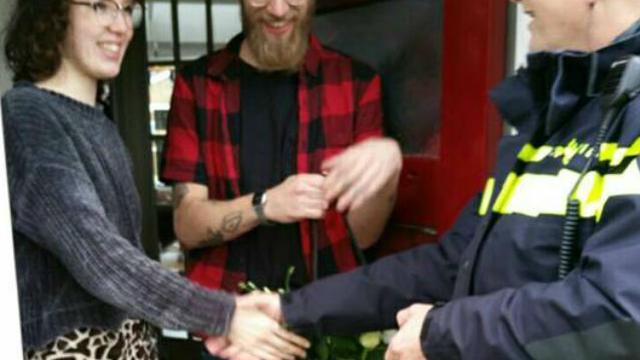 Politie Alkmaar geeft bloemetje aan stel dat peuter uit auto redde