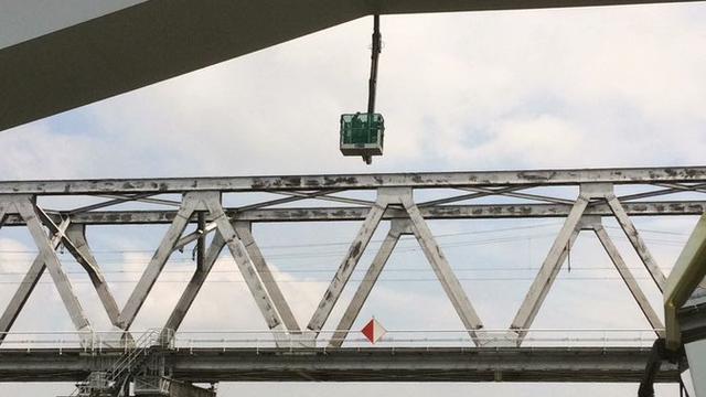 Monteurs zitten uren vast in gondel onder HSL-brug bij Dordrecht